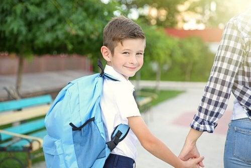 Pojke som håller mamma i handen.