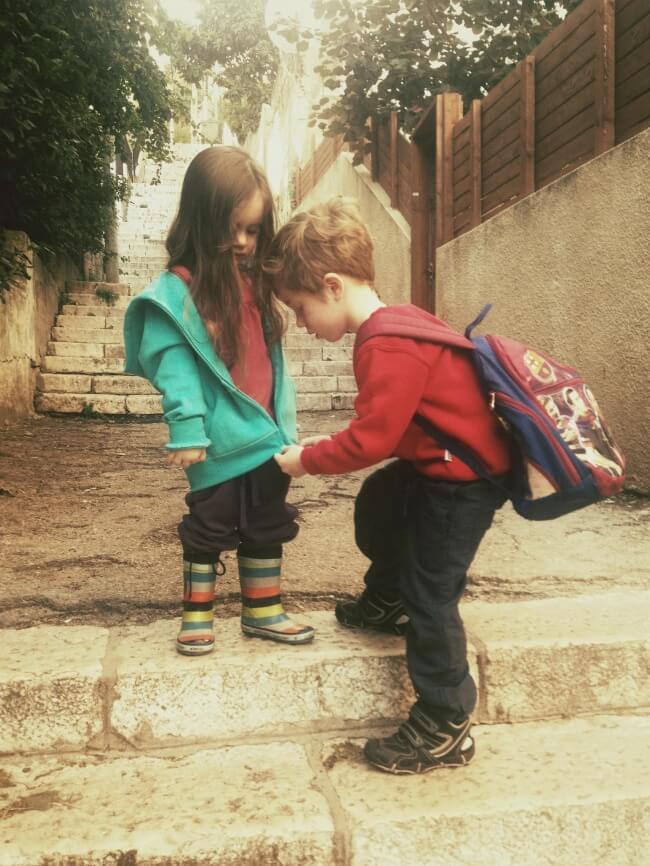 Syskon som hjälper varandra.