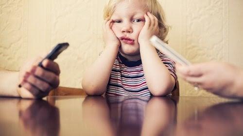 Ditt beroende av mobilen skadar ditt barn