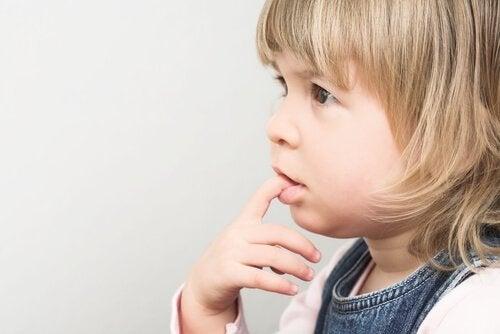 Att bita på naglarna - varför gör barn det?
