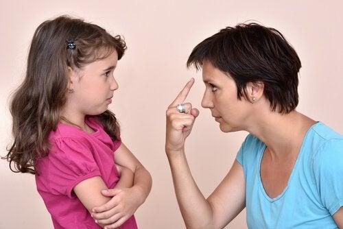 Mor och dotter diskuterar