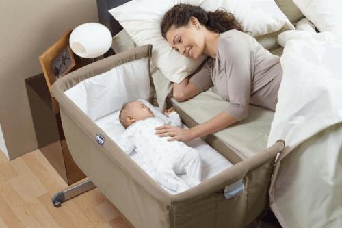 En babysäng som hakas på föräldrarnas säng.