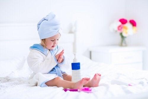 Lär barnet att vårda sin egen hud vid atopisk dermatit.