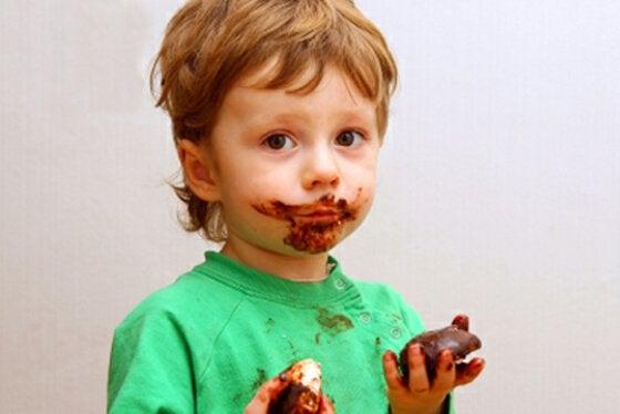 Barn som äter choklad.