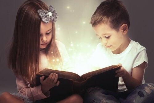 Barn som läser saga.