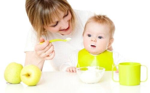 Bebis äter puré