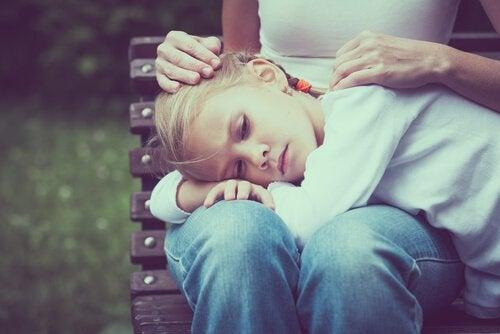 Ett deprimerat barn får tröst.