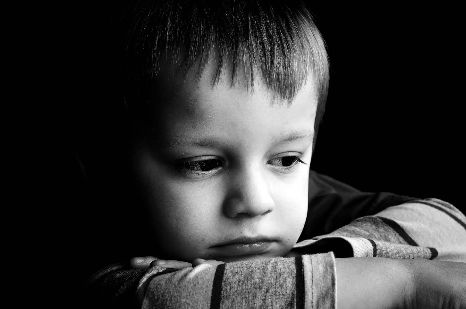 Anknytningsstörning med social distanslöshet: Pojke ser ledsen ut