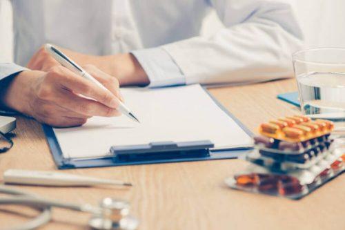 En läkare skriver ut medicin.