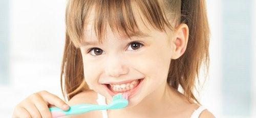 Flicka som borstar tänderna.