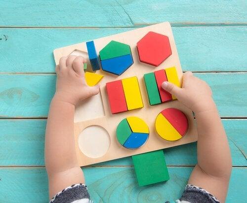 Leksak med geometriska former för bebis.