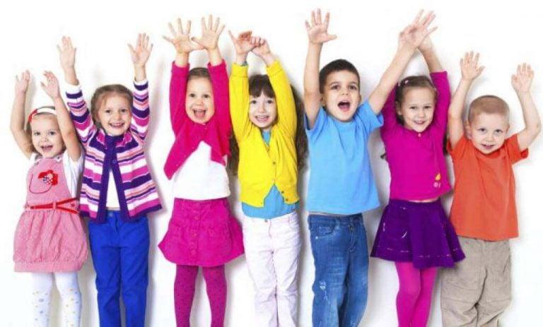 Glada barn i färgglada kläder.
