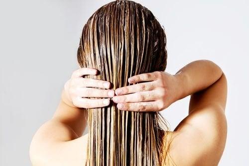 Kvinna som tvättar håret.