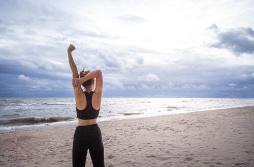 Fysisk aktivitet utomhus är ett sätt att gå ner i vikt efter 40.