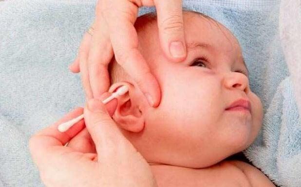 Rengör ett barns öron.
