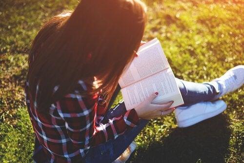 Ge läsandets gåva: 8 riktigt bra böcker för tonåringar