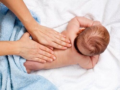 10 fördelar med babymassage du kanske inte kände till