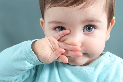 Pojke torkar slem och snor från näsan