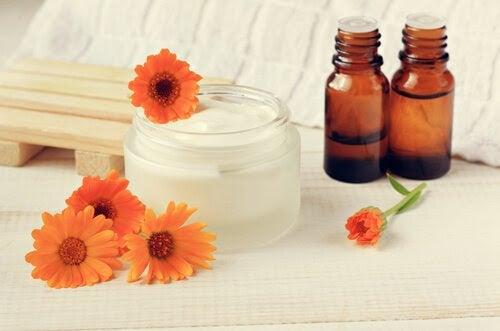 Kräm, oljor och fem orange blommor