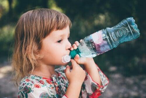 Förstoppning hos barn: barn dricker vatten ur flaska