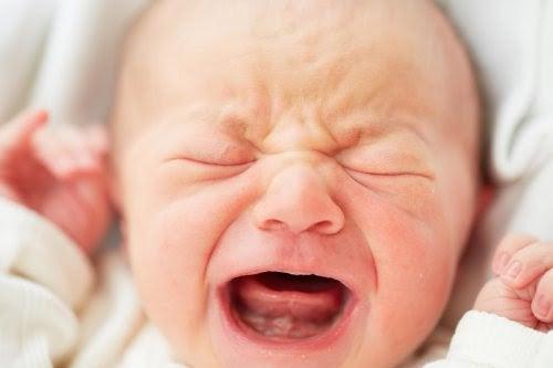 Spädbarn gråter