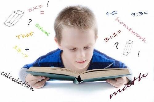 Pojke läser omgiven av ekvationer och ritningar