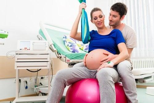 Gravid kvinna på yogaboll