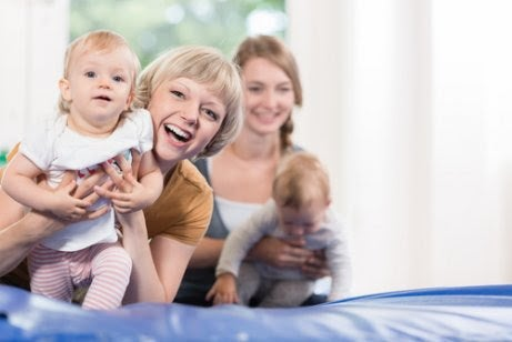 Mammor leker med bebisar på babygym