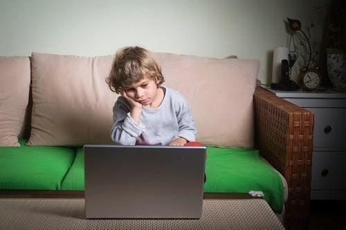 Lathet: barn framför dator