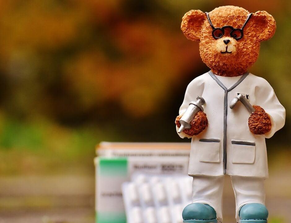 Leksaksbjörn som är doktor