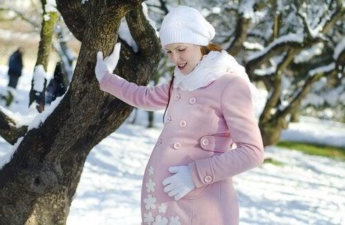 Det finns fördelar med att föda barn under vintern.