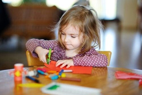 Lär ditt barn att klippa med en sax