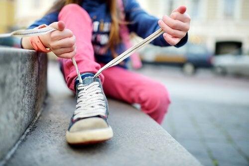 Så lär du ditt barn att knyta skorna