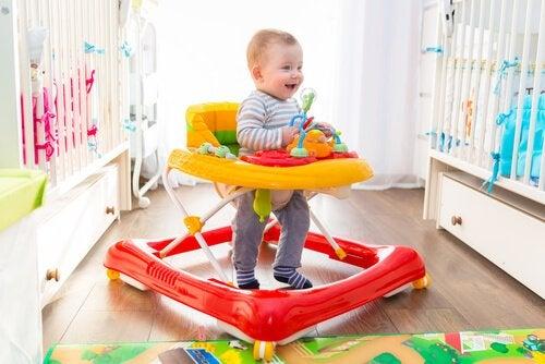 För- och nackdelar med att låta barnet använda gåstol