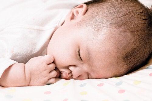 Vad gör jag om bebisen vänder sig på magen i sömnen?