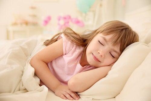 Ett barn tar en tupplur.