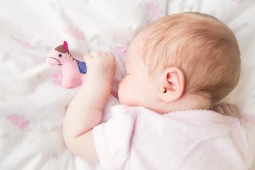 Bebis sover på magen