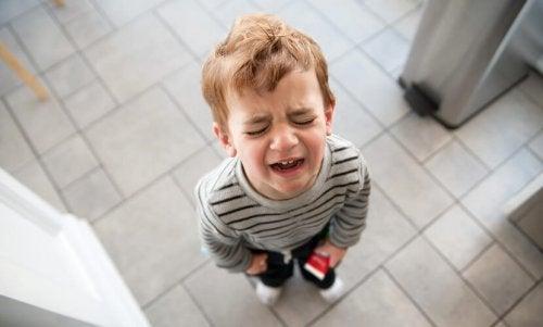 Barn som gråter då det har bränt sig.