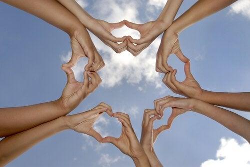 Händer formar hjärtan