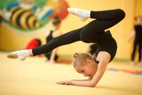 flicka utövar gymnastik