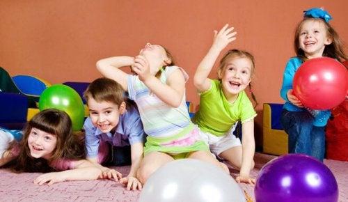 En grupp lekande barn.