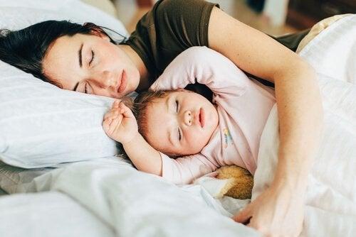 mamma och barn sover
