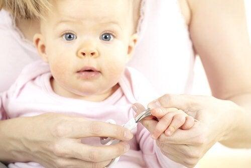 Klippa naglarna på bebisen för första gången