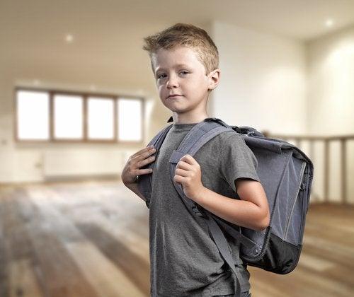 Pojke med ryggsäck