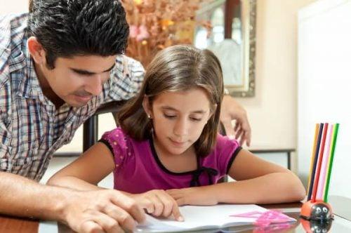 pappa och dotter gör läxor