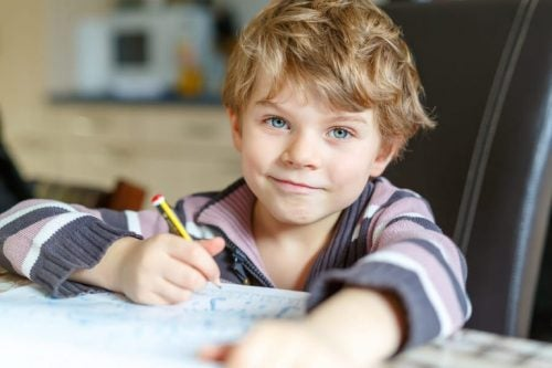 pojke gör läxa