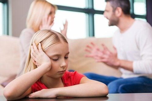 Ett barn som påverkas av en skilsmässa.