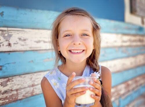 glad flicka med mjölkglas