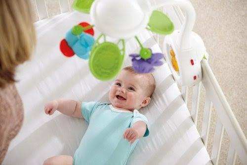 leksaker för nyfödda: baby under mobil