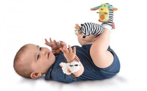 baby med leksaksstrumpor